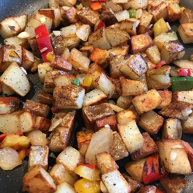 Homemade potato hash with bell peppers, onions and garlic. #lovecooking #breakfast